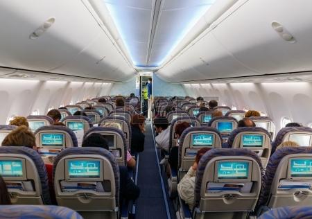 23889535-les-passagers-assis-sur-leurs-chaises-dans-la-cabine-de-l-39-avion