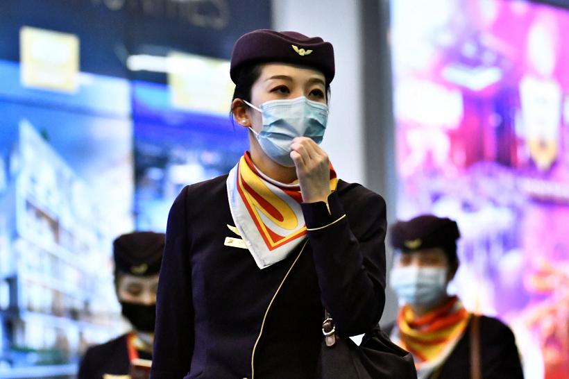 assistenti di volo con maschere per coronavirus